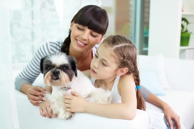 Mãe e filha com o animal de estimação