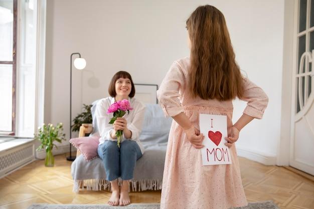 Mãe e filha com presentes médios