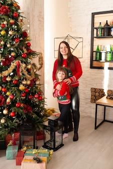 Mãe e filha com presentes