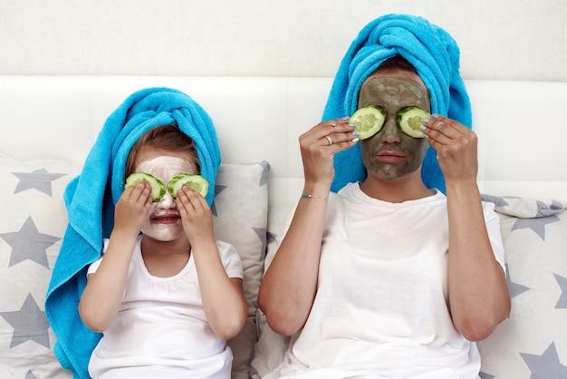 Mãe e filha com uma máscara facial.