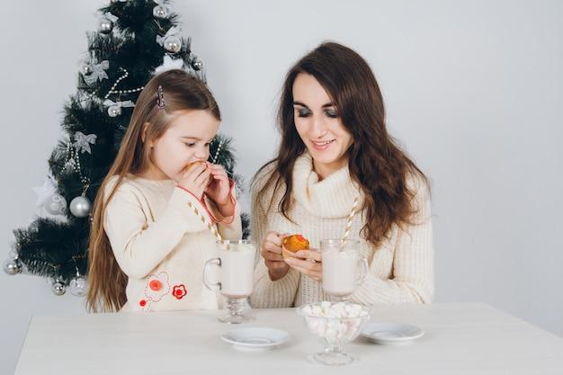 Mãe e filha comem os deliciosos cupcakes