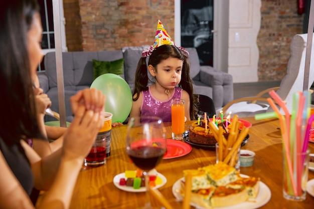 Mãe e filha comemorando aniversário em casa