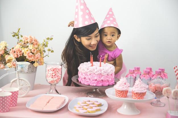 Mãe e filha comemorando aniversário