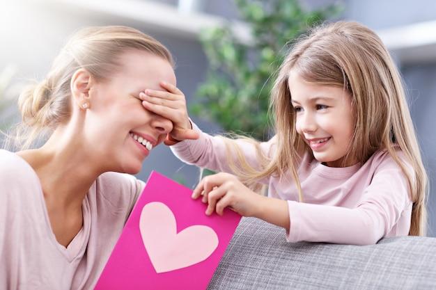 Mãe e filha comemorando o dia das mães