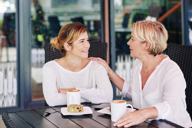 Mãe e filha compartilhando segredos