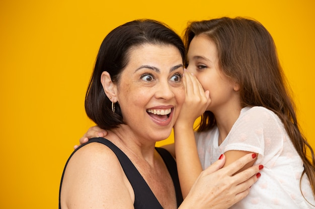 Mãe e filha compartilhando um segredo