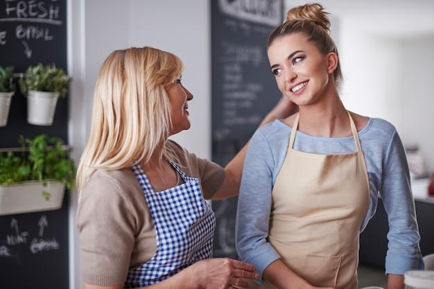 Mãe e filha conversando na cozinha