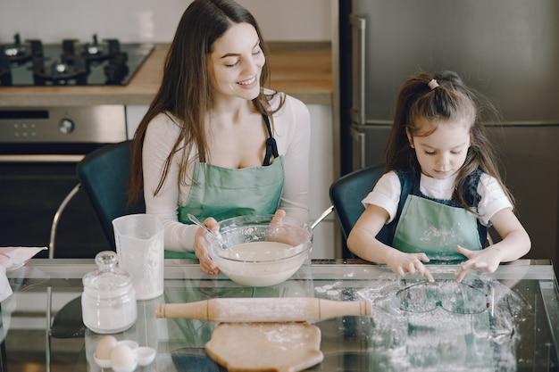 Mãe e filha cozinham a massa para biscoitos