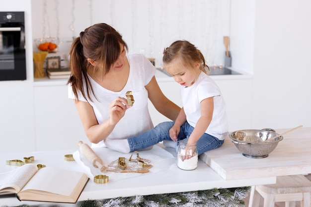 Mãe e filha cozinham biscoitos de natal