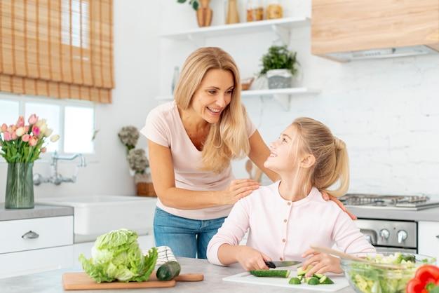 Mãe e filha cozinhando juntos