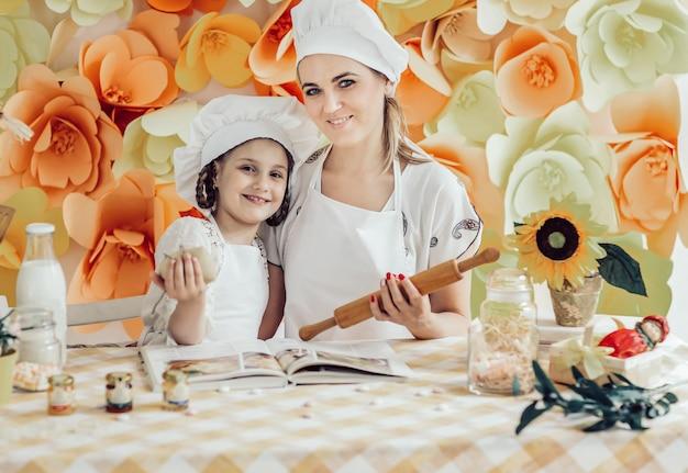 Mãe e filha cozinhando o jantar