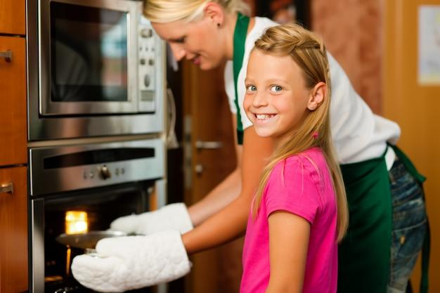 Mãe e filha cozinhando