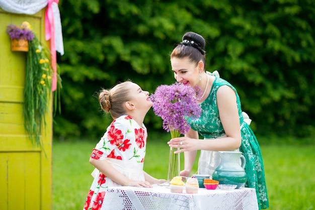 Mãe e filha cozinhar cupcakes
