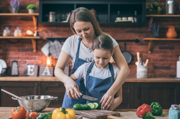 Mãe e filha cozinhar salada