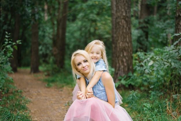 Mãe e filha de cinco anos em saias de tule rosa idênticas