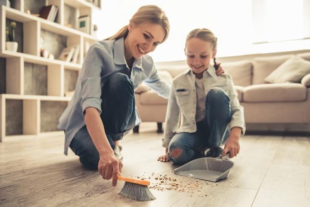 Mãe e filha de limpeza