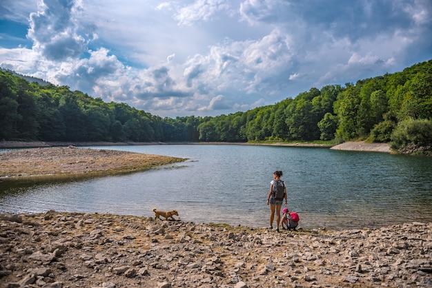 Mãe e filha descansando à beira do lago
