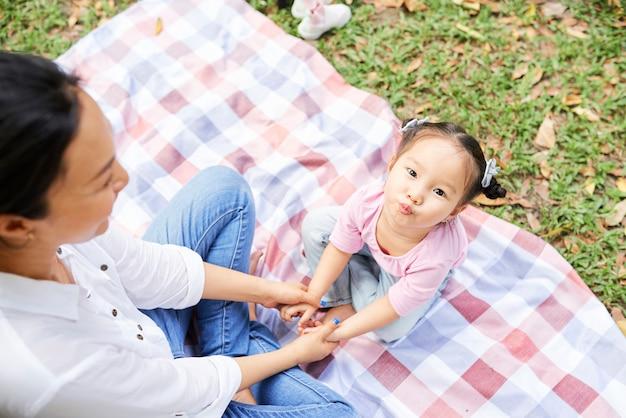 Mãe e filha descansando no parque