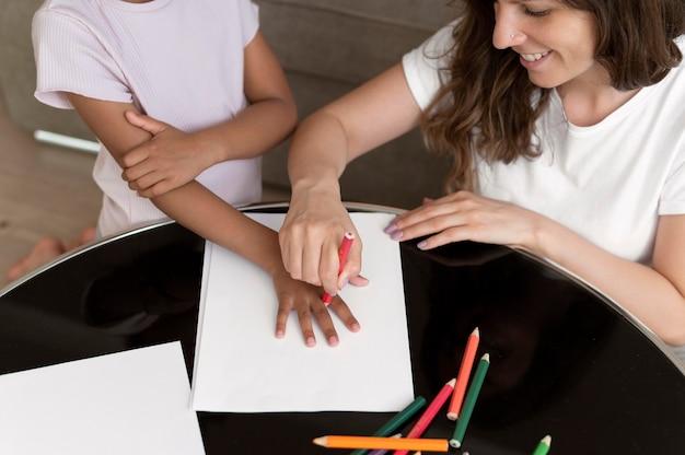 Mãe e filha desenhando juntas