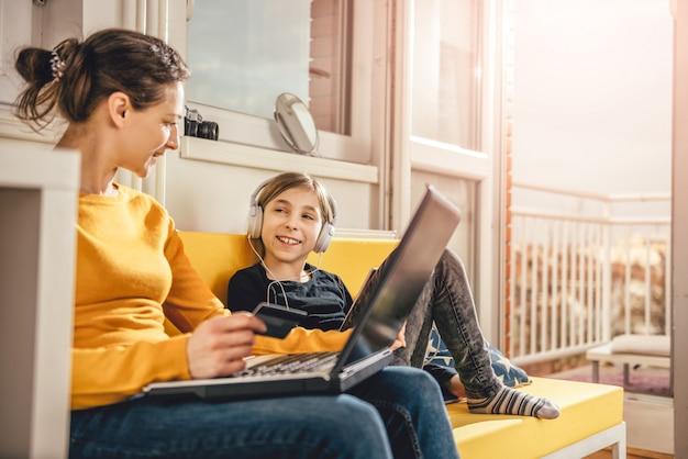 Mãe e filha desfrutando em casa