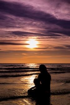 Mãe e filha do mar da silhueta