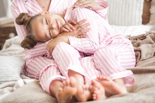 Mãe e filha dormindo cute criança de pijama