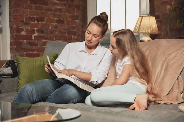 Mãe e filha durante o auto-isolamento em casa durante a quarentena