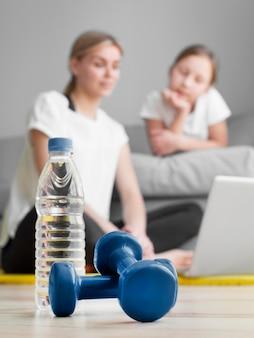 Mãe e filha em casa exercitando
