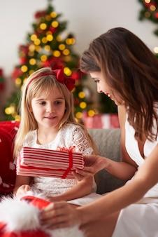 Mãe e filha em casa nas férias de natal