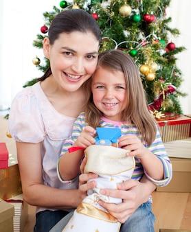 Mãe e filha em casa no natal