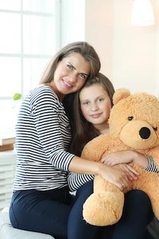 Mãe e filha em casa