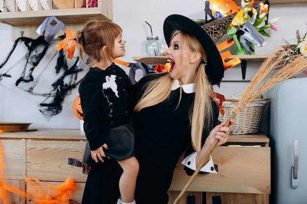 Mãe e filha em pé na fantasia. mulher assustadora e gritando