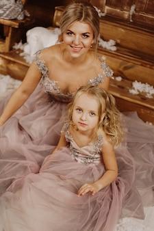 Mãe e filha em vestidos rosa
