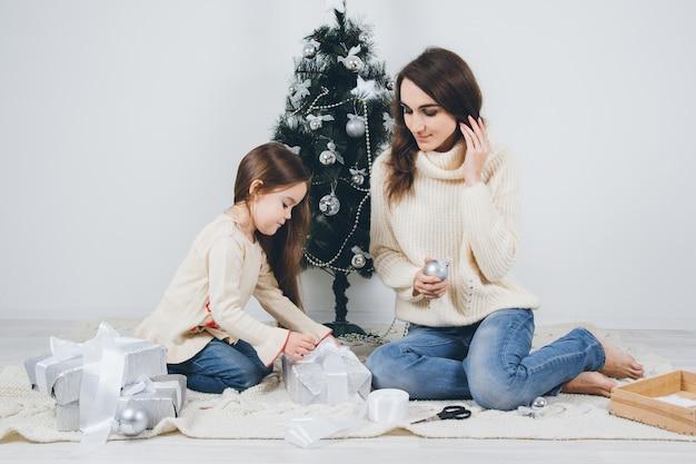 Mãe e filha embalam os presentes