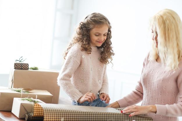 Mãe e filha embrulhar presentes
