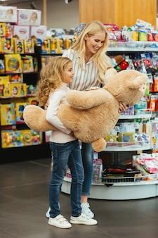 Mãe e filha encantadas com brinquedo