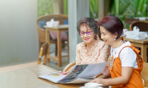 Mãe e filha escolhem o menu do restaurante juntos