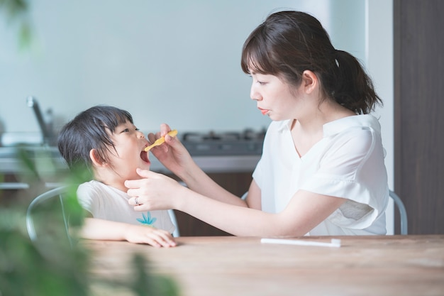 Mãe e filha escovando os dentes