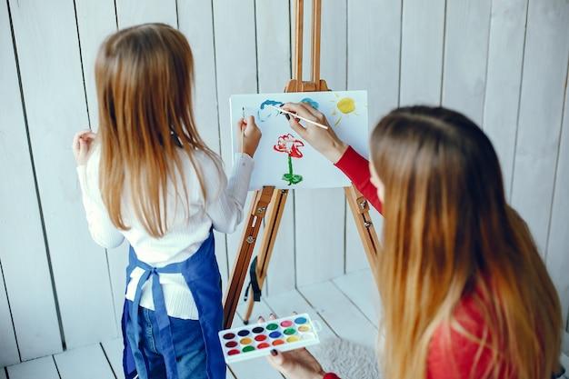 Mãe e filha estão desenhando