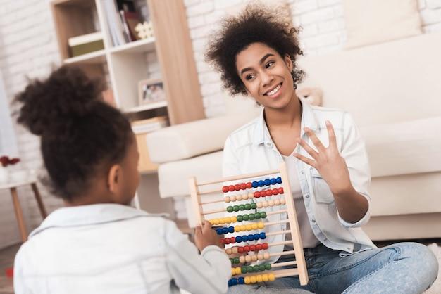 Mãe e filha estão envolvidas em matemática nas contas.