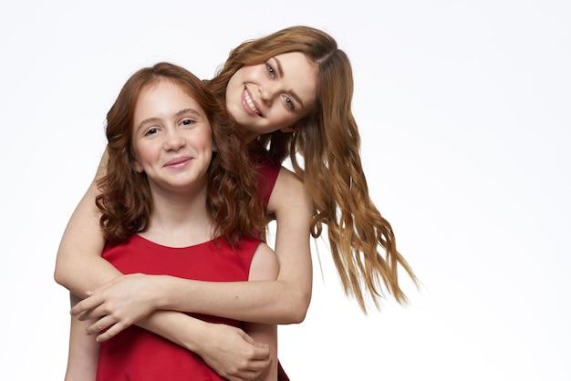 Mãe e filha estão lado a lado e divertida parede de luz de alegria em família