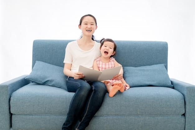Mãe e filha estão lendo