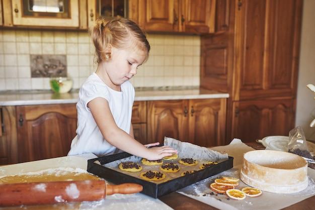 Mãe e filha estão ocupadas assando biscoitos