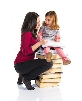 Mãe e filha estudando juntos. de volta à escola