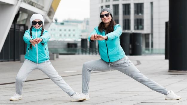 Mãe e filha exercitando