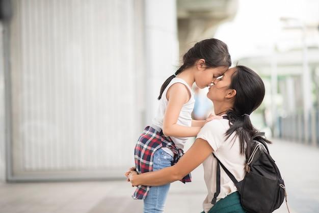 Mãe e filha falando sobre viagens na cidade