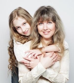 Mãe e filha, família feliz