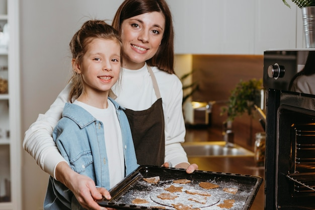 Mãe e filha fazendo biscoitos juntas