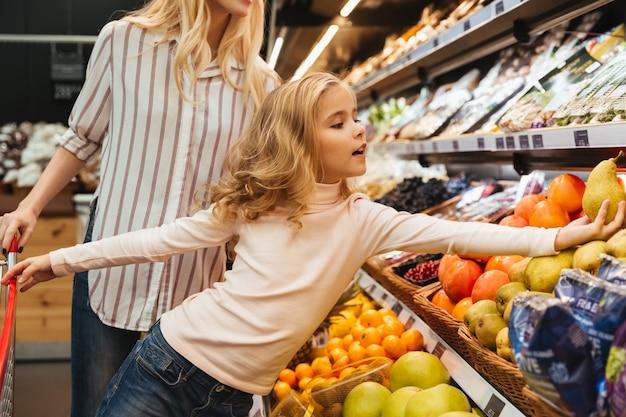 Mãe e filha fazendo compras