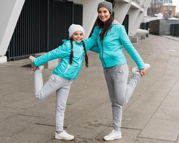 Mãe e filha fazendo esporte